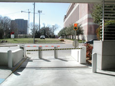 Stainless hydraulic bollards with lift gate